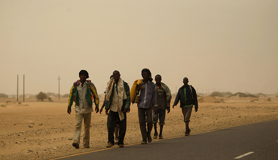 Ethiopian migrants walk on the side of a road during their journey from the Red Sea Yemeni town of Medi to Haradh town on the border with Saudi Arabia March 22, 2012. Some 12,000 migrants, mostly from the Horn of Africa, are stranded in Haradh, which they use as a stepping stone to reach Saudi Arabia, according to the International Organization for Migration (IOM).     REUTERS/Khaled Abdullah (YEMEN - Tags: POLITICS SOCIETY IMMIGRATION) - RTR2ZPE5