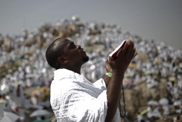A Muslim pilgrim prays on Mount Mercy on the plains of Arafat during the annual haj pilgrimage, outside the holy city of Mecca September 23, 2015.  REUTERS/Ahmad Masood