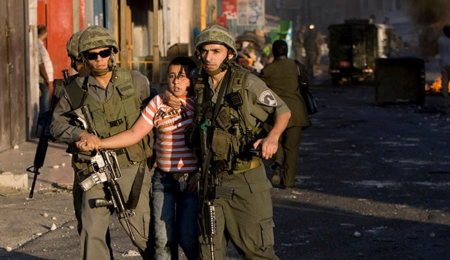 Israeli border policemen detain a Palestinian boy in the east al-Quds's Shuafat refugee camp. (File photo)