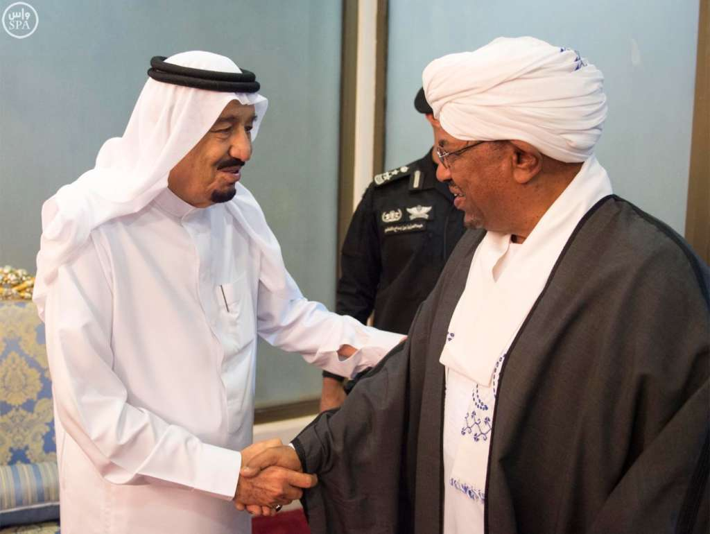 King-Salman-shaking-hands-with-Sudanese-President-Omar-al-Bashir.-SPA