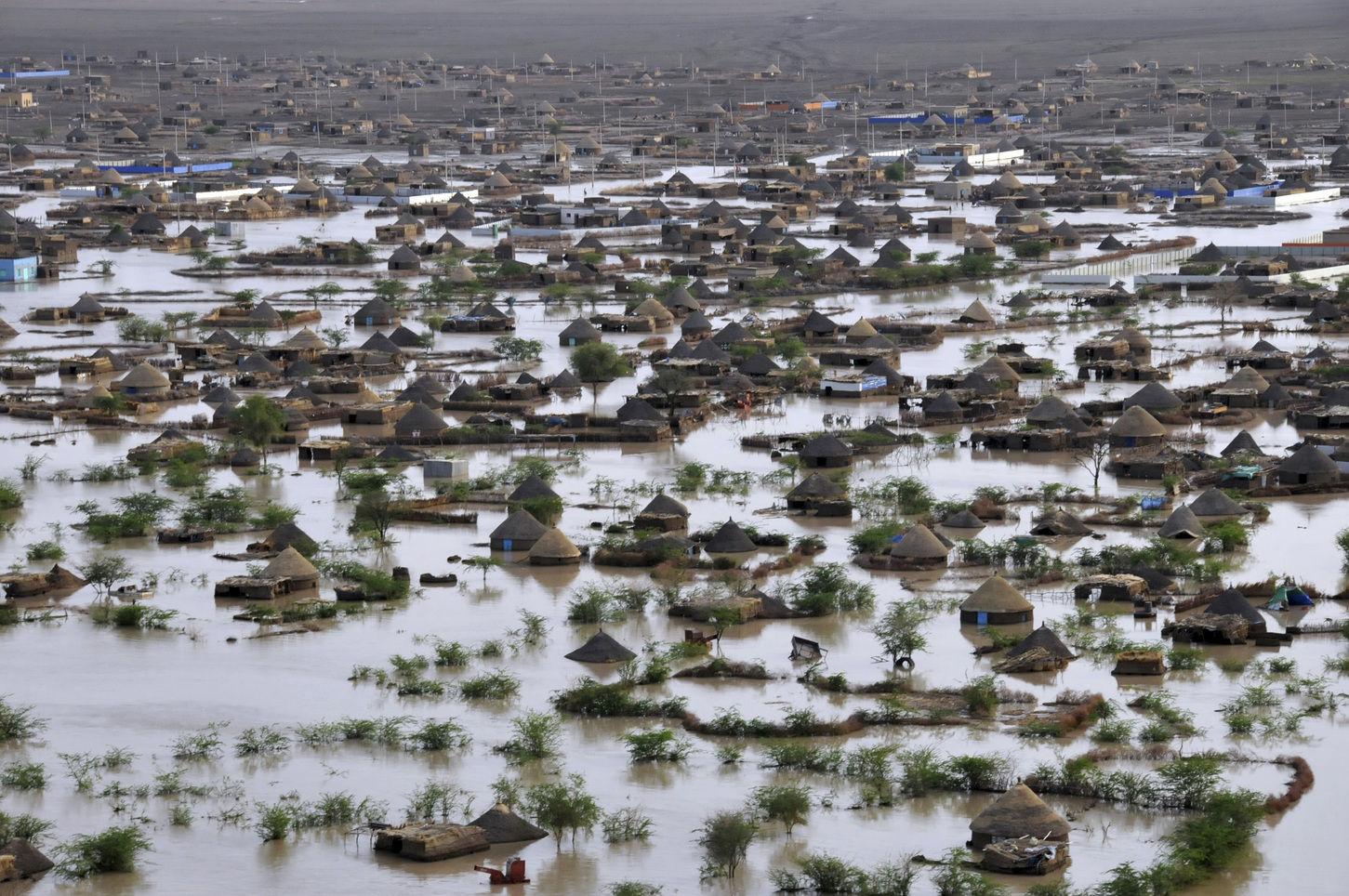 General view of the Gash River flooding in Kassala, Eastern Sudan August 11, 2012. REUTERS/Stringer (Sudan - Tags: ENVIRONMENT DISASTER TPX IMAGES OF THE DAY) - RTR36Q6I
