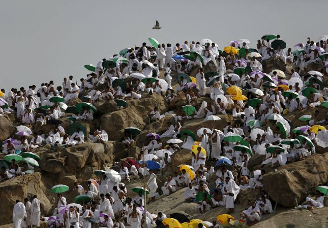Muslim pilgrims pray on Mount Mercy on the plains of Arafat during the annual haj pilgrimage, outside the holy city of Mecca September 23, 2015.   REUTERS/Ahmad Masood