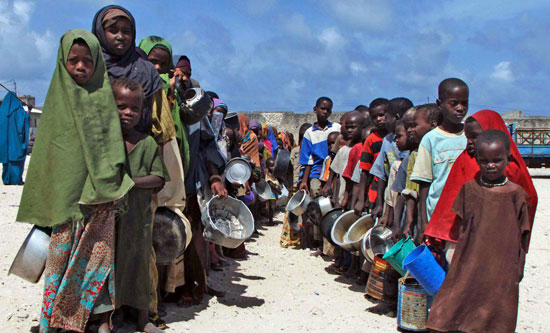 Somalian-children-queuing-to-receive-food