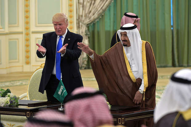 US President Donald Trump (L) and Saudi Arabia's King Salman bin Abdulaziz al-Saud gesture during a signing ceremony at the Saudi Royal Court in Riyadh on May 20, 2017. / AFP PHOTO / MANDEL NGAN